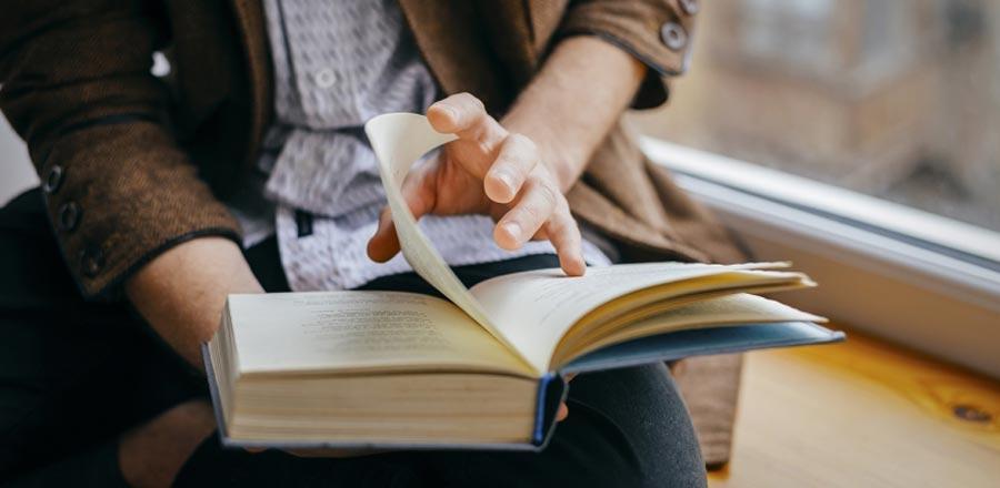 Sakinleşmek için kitap okuyun.